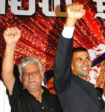 Om Puri and Akshay Kumar