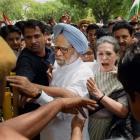 Sonia leads Congress attack on Modi sarkar, top leaders court arrest