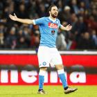 Higuain feels the wrath of Napoli fans over reported move to Juventus