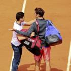 Security breach as fan attempts selfie with Federer