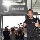 Juventus sign Barcelona's Dani Alves