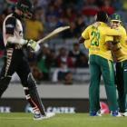 Calm De Villiers leads South Africa to win over NZ