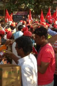 PHOTOS: Mumbaikars help farmers with food, water