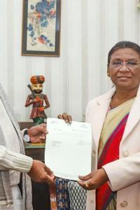 Raghubar Das resigns, asked to continue as caretaker