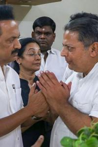 Some politicians turn up at Seshan's final journey