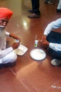 Farmers say no to govt food, bring own lunch during talks