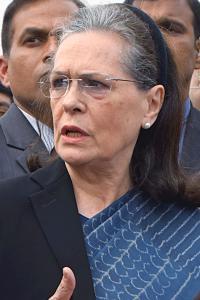 Sonia attacks govt over farmers' issue, Arnabgate