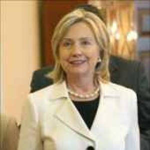 Clinton tells US diplomats to turn CEOs