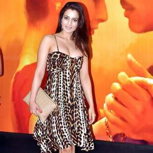 Rate Ameesha, Sonakshi's style quotient!