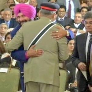 Sidhu offers explanation over Pak visit; Imran comes out in support