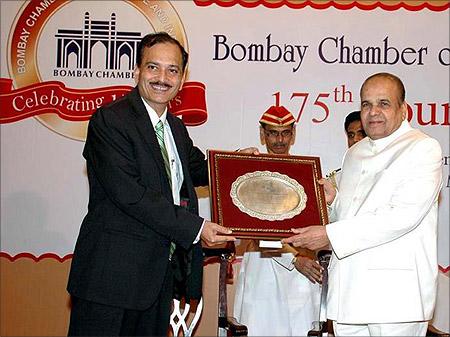 Nitin Paranjpe presents a memento to Maharashtra Governor Sankaranarayanan.