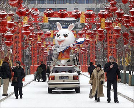 A rabbit sculpture is carried away from the Ditan temple fair after a snowf