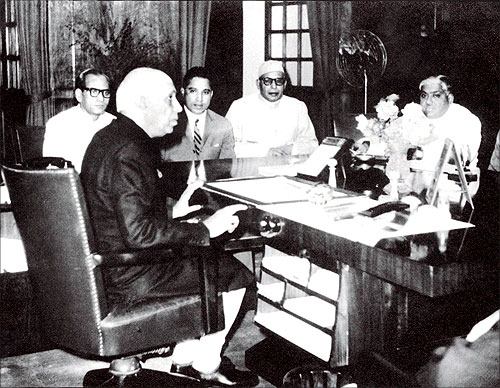Captain Krishnan Nair (2nd from left) with Jawaharlal Nehru.