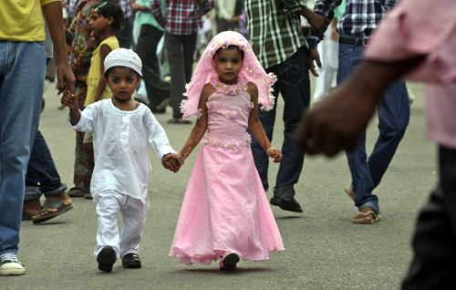 Children dressed for Eid al-Fitr celebrations walk towards a mosque to offer prayers in the northern Indian city of Chandigarh.