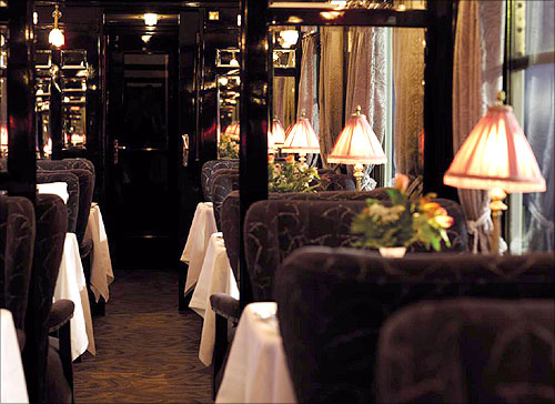 Evening atmosphere on board in the L Oriental Restaurant Car.