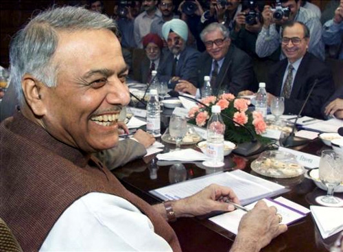 Finance Minister Yashwant Sinha (L) at a meeting with the board of directors of the country's central bank in New Delhi on March 11, 2000.