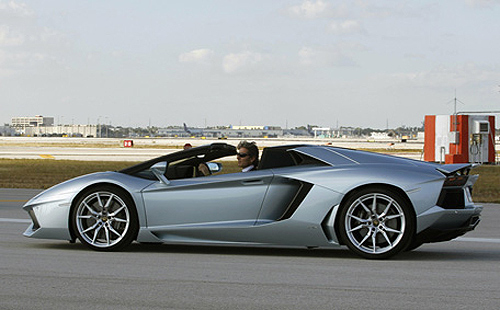 Lamborghini's stunning Roadster zooms at 330 km/hr!