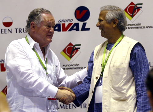 Colombian businessman Luis Carlos Sarmiento (L) shakes hands with Nobel laureate Mohammed Yunus.