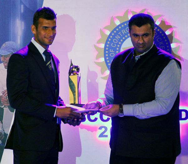 Ishwar Pandey receives the Madhavrao Scindia award for being higest wicket-taker in the Ranji Trophy