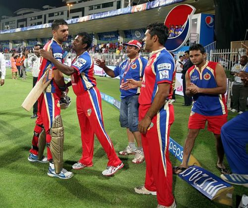 Muttiah Muralitharan congratulates Yuvraj Singh after winning the game