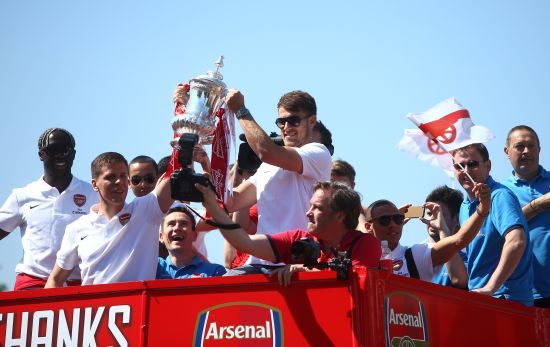 Wojciech Szczesny and Aaron Ramsey of Arsenal lift the FA cup during the Arsenal FA Cup Victory Parade