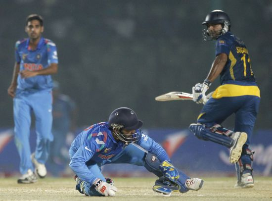 Dinesh Karthik tries to run out Kumar Sangakkara