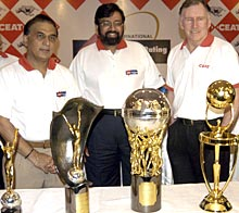 Harsh Goenka is flanked by Sunil Gavaskar (left) and Ian Chapell