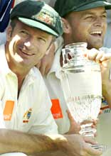 Steve Waugh (left) and Adam Gilchrist with the replica of the ashes urn