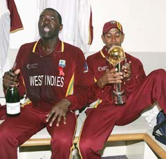 Courtney Browne (left) and Ian Bradshaw with the ICC Champions Trophy in September 2004