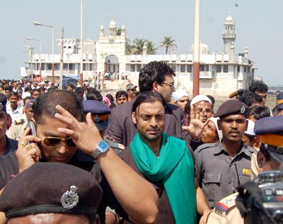 Shoaib Akhtar at Haji Ali