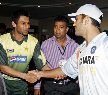 Dhoni shaking hands with Pakistan captain Shoaib Malik before the Kitply Cup in Bangladesh