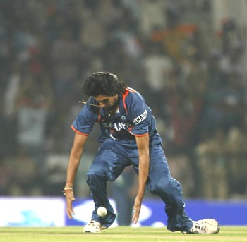 Ishant Sharma drops a catch