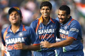 Ashish Nehra and Zaheer Khan celebrate Dilshan's wicket
