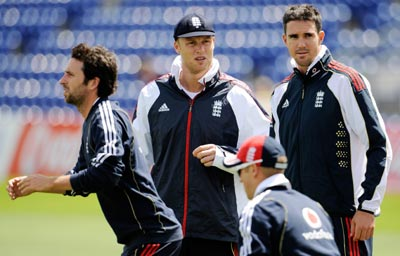England's Graham Onions (left), Andrew Flintoff and Kevin Pietersen attend a training session