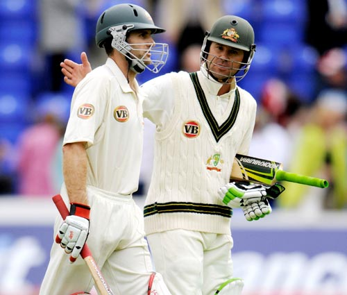Ponting congratulates Katich as they leave the field at stumps on day two