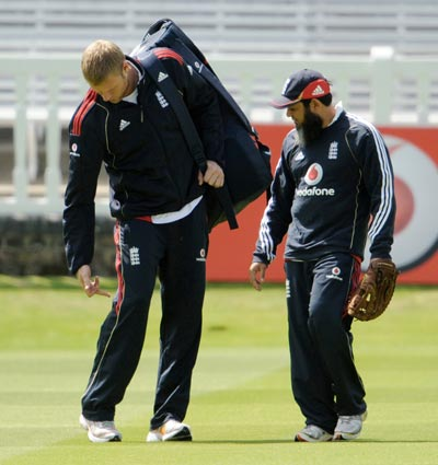 England's Andrew Flintoff (left) points to his right knee watched by bowling coach Mushtaq Ahmed at a training session before their second Ashes Test against Australia at Lord's