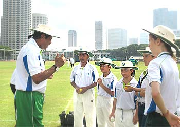 Kapil Dev giving tips on bowling