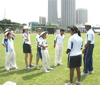 Chaminda Vaas gives some fielding tips