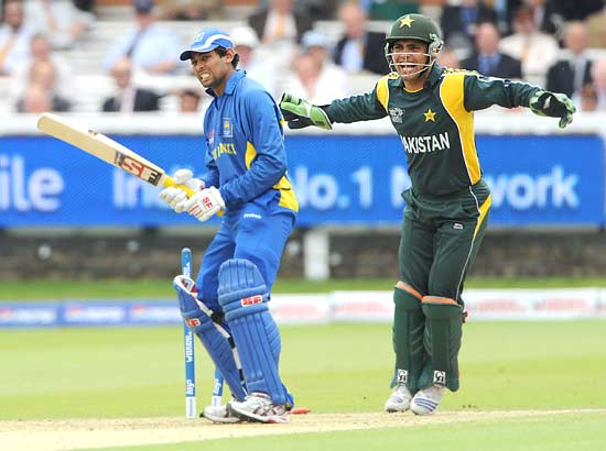Tillakaratne Dilshan is dismissed by Shahid Afridi