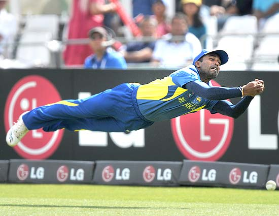 Chamara Silva makes a great effort but misses the catch