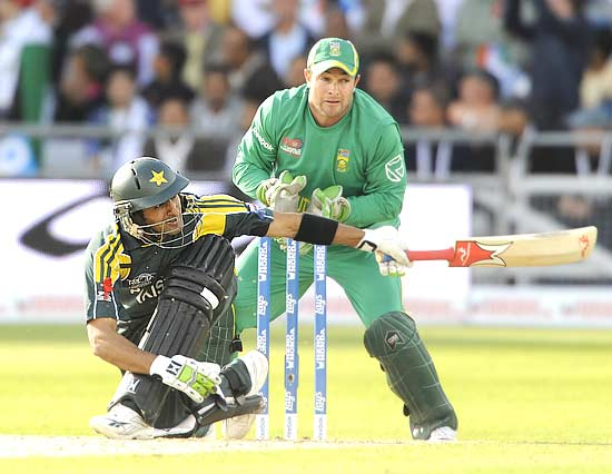 Shoaib Malik on his way to 34