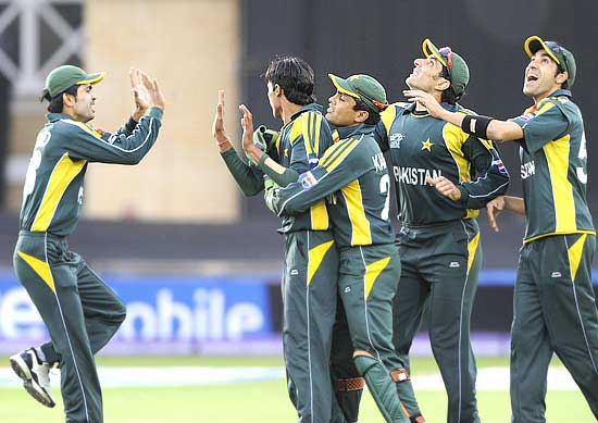 Mohammad Aamer (2nd from left) celebrates the wicket of Graeme Smith