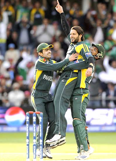 Shahid Afridi celebrates after dismissing Herschelle Gibbs