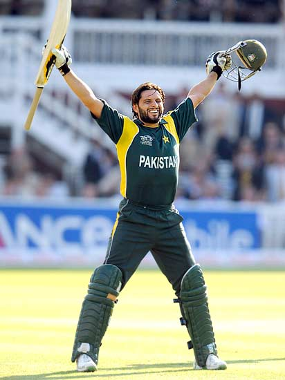 Shahid Afridi celebrates after hitting the winning runs