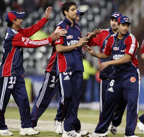Ashish Nehra celebrates a wicket with team-mates