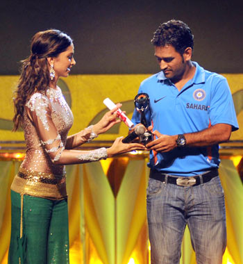 Deepika Padukone (left) felicitates India cricket captain Mahendra Singh Dhoni