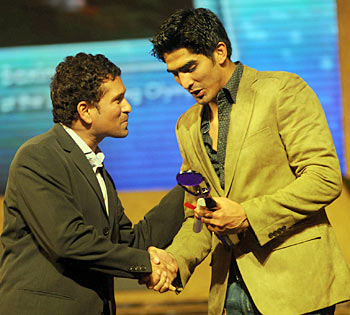Sachin Tendulkar (left) with Vijender Singh