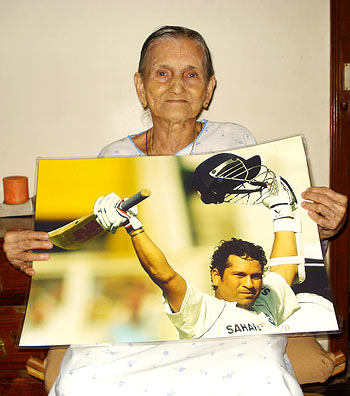 Mary Serrao with Sachin Tendulkar's portrait