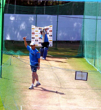 Tendulkar gets the thumbs up from coach Kirsten as he plays his trademark straight drive