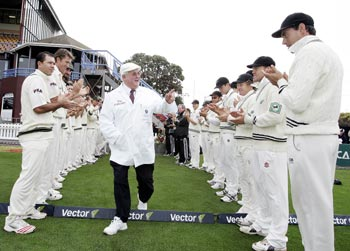 Australia (left) and New Zealand form a guard of honour for umpire David Shepherd as he steps out to officiate in his last match